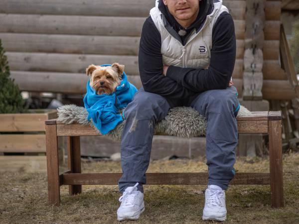 Fra bølle til bestevenn lærer hunder å sitte, gi labb og tjene penger, skriver Aksel Kielland.