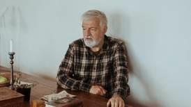Da far ikke lenger kunne ha et bilde av Quisling på stueveggen, overtok Hamsun hedersplassen, skriver Bjørn Westlie.