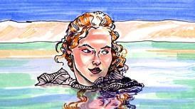 En modell kledd i en ullgenser av akryl flyter rundt i et vann. Hva prøver Gina Tricot å fortelle oss?