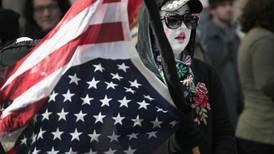 Ytterfløyene på den amerikanske politiske hesteskoen er bare en byrde, skriver Sturla Haugsgjerd.
