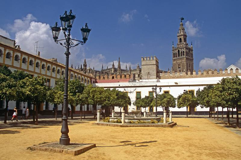 I hvilken by finner du verdens største gotiske katedral, Catedral de Santa María de la Sede?